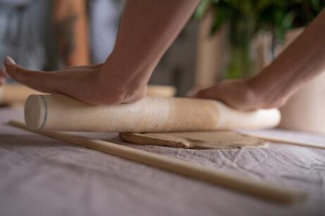 Der Salzteig wird mit einem Nudelholt auf ca. 0,5 cm Dicke ausgerollt