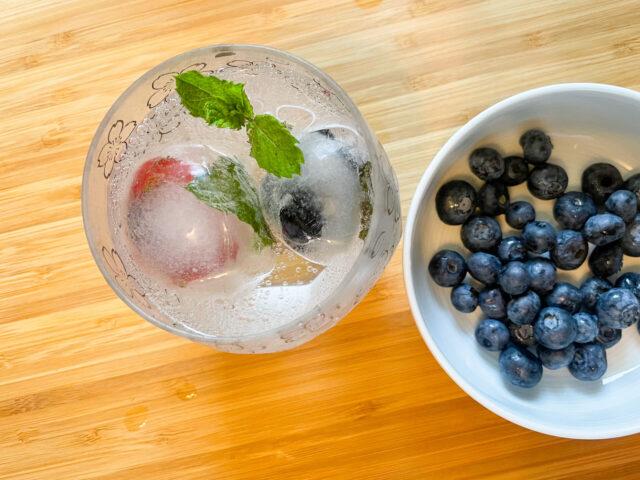 Eiswürfel im Glas mit Minze und Früchten