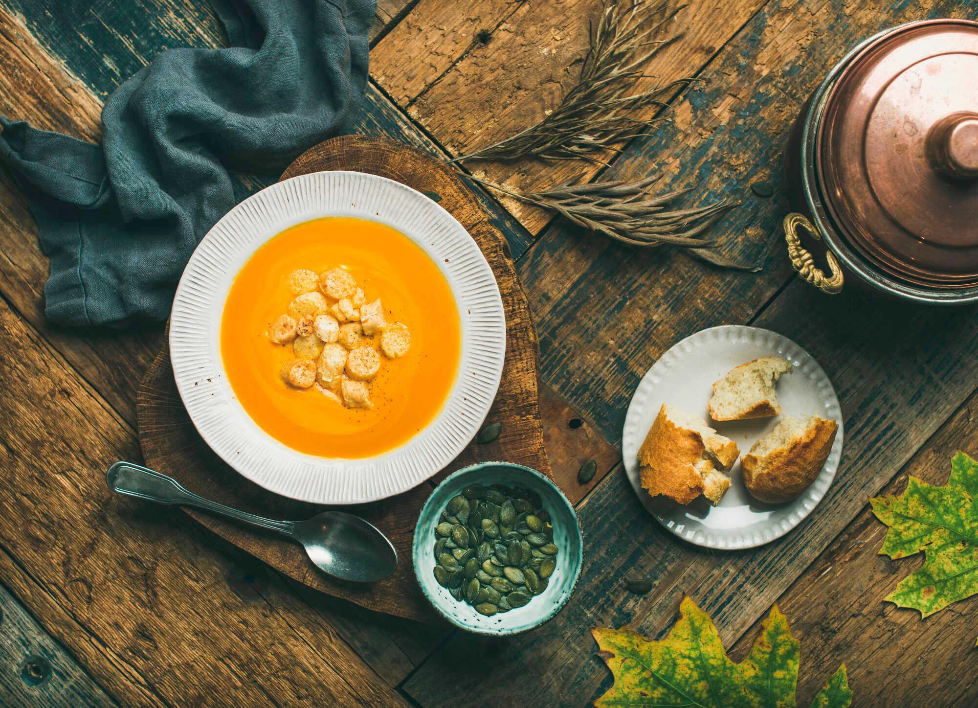 Herbstliche Kürbissuppe mit Croutons